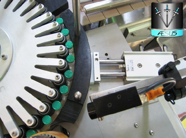 Geautomatiseerde aangepaste conische flessen Puntige containers Roterende etiketteringsmachine Details